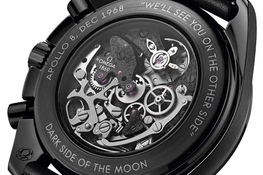 Задняя крышка часов часах Omega Speedmaster Dark Side of the Moon Apollo 8 на BASELWORLD 2018