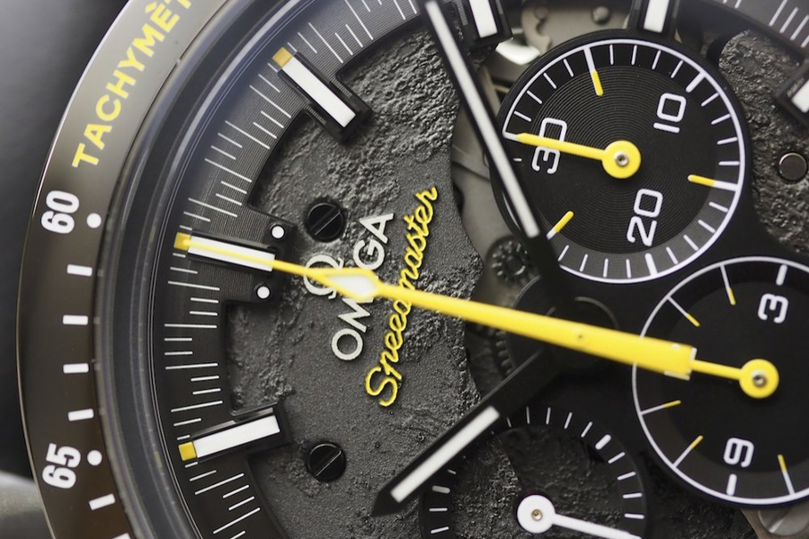 Циферблат часов Omega Speedmaster Dark Side of the Moon Apollo 8 на BASELWORLD 2018